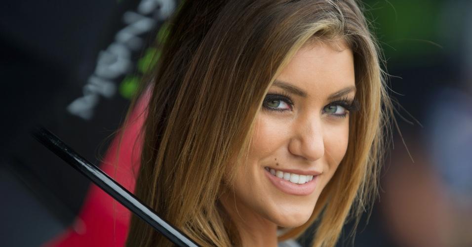 Modelo sorri durante a etapa da Austrália da MotoGP (28/10/2012)