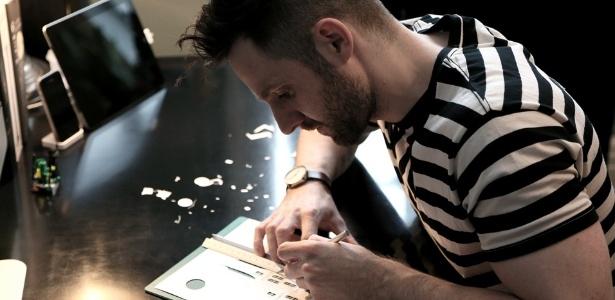 """O artista gráfico inglês Marc Hagan-Guirey durante a criação da série """"Horrorgami"""" - Reprodução"""