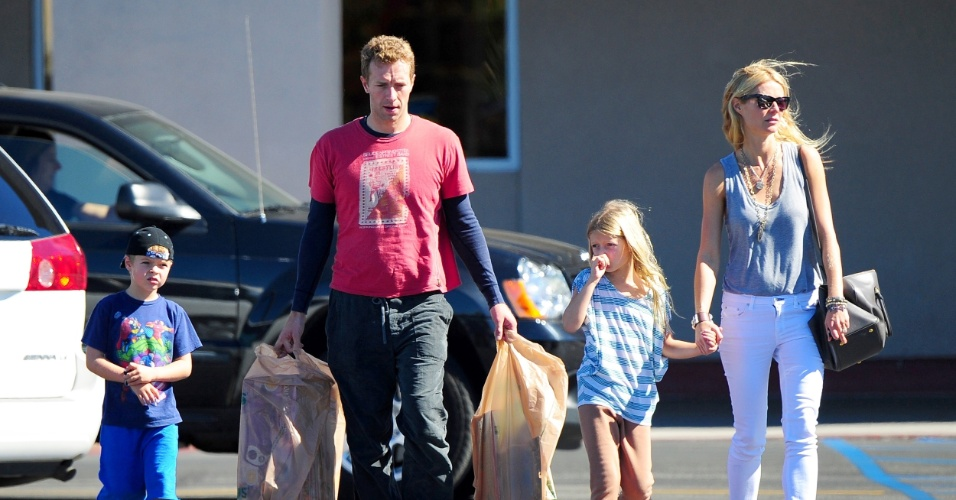 O casal Gwyneth Paltrow e Chris Martin levam os filhos Moses e Apple para passear em Los Angeles, nos Estados Unidos (25/10/12)