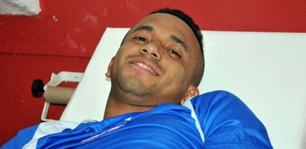 O meia Rogerinho lesionou o joelho esquerdo e não joga mais na atual temporada
