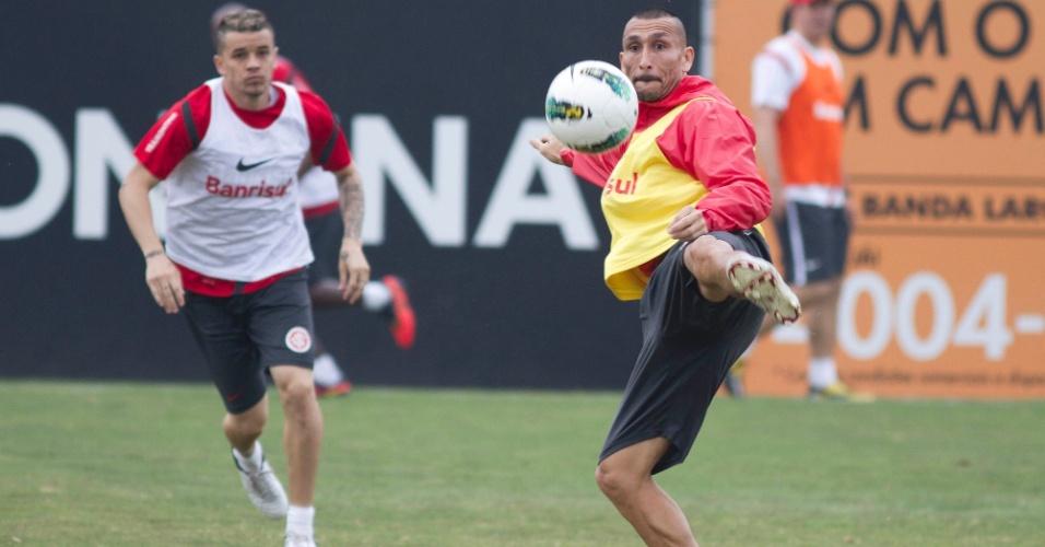 Observado por D'Alessandro, Guiñazu domina a bola durante treinamento do Internacional