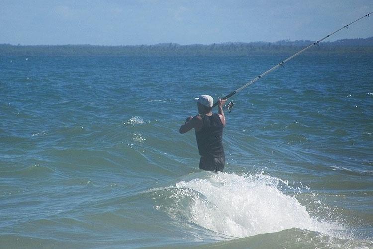 Pescador aproveita o bom tempo para pescar na Praia do Saco