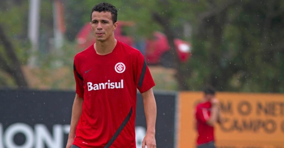 Recuperado de lesão, Leandro Damião participa de treino do Internacional em Porto Alegre