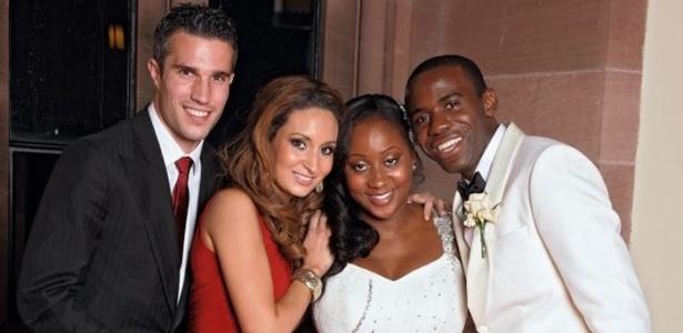 Sete meses após mal súbito em campo, Fabrice Muamba (dir) se casa em castelo na Inglaterra. Van Persie (esq) compareceu