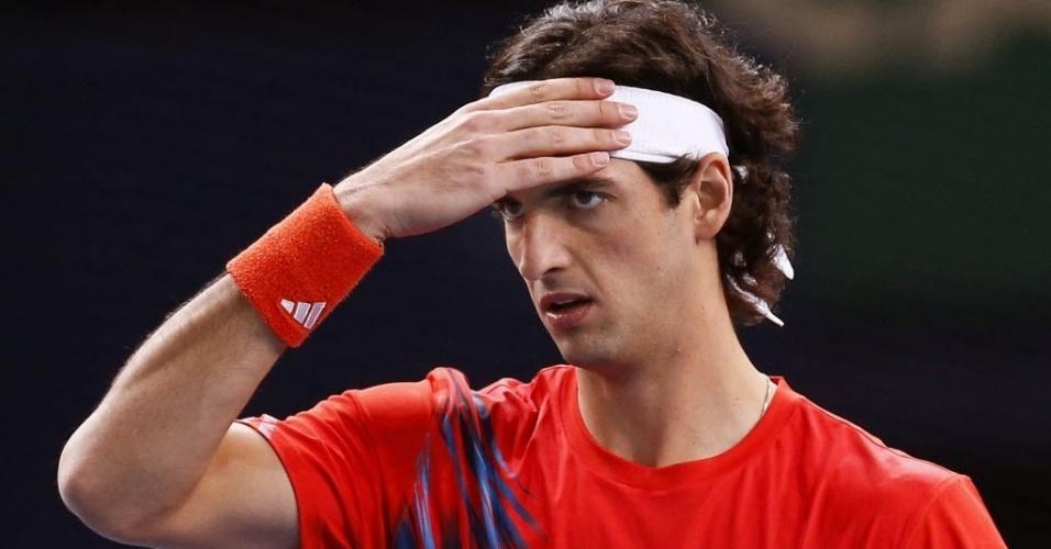 Thomaz Bellucci reage durante a derrota para Kevin Anderson na estreia do Masters 1000 de Paris (29/10/2012)