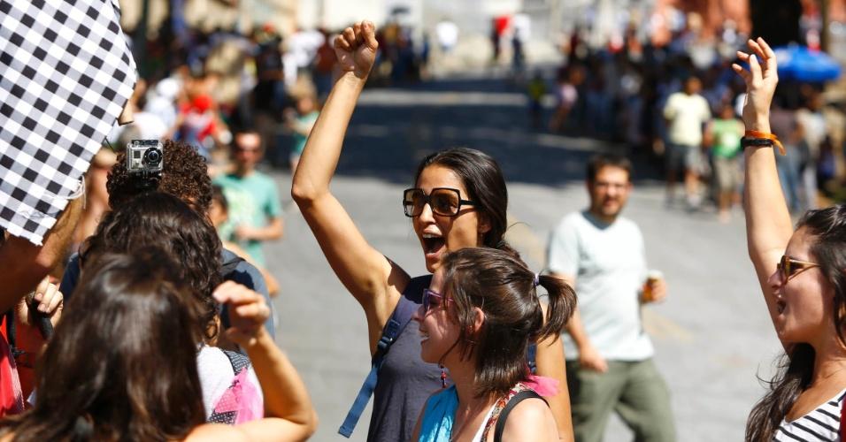 """Torcida feminina marca presença no campeonato de descida de ladeira e manobras em carrinhos de rolimã na ladeira da rua Magi, na Zona Oeste de Belo Horizonte, no último sábado (27/10/2012). O evento, chamado de """"Mundialito de Rolimã do Abacate"""", teve o objetivo de incentivar a diversão nas ruas da capital mineira."""