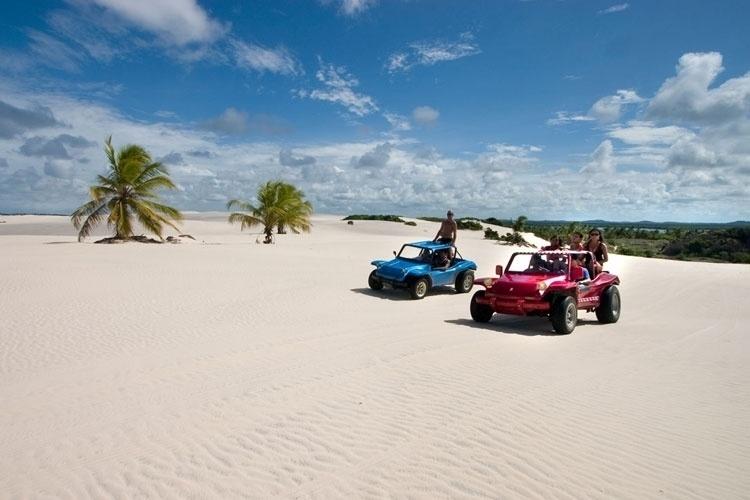Turistas fazem passeio de buggy pelas dunas da Praia do Saco