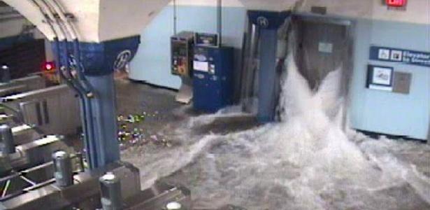 Água invade estação de metrô de Nova Jersey durante passagem da tempestade Sandy pelos EUA
