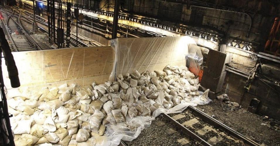 30.out.2012 - Barreira com sacos de areia cobre entrada da estação de metrô de Lenox, no Harlem, bairro de Nova York, para impedir inundações. A imagem foi divulgada nesta terça-feira (30) pela Autoridade Metropolitana de Trânsito (equivalente à Secretaria dos Transportes)