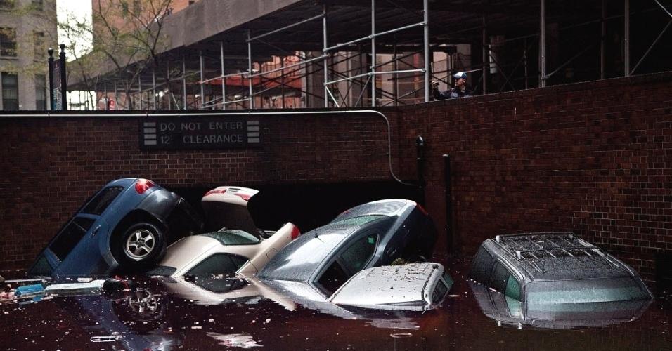 30.out.2012 - Carros flutuam em área inundada no distrito financeiro de Nova York, parte do que o presidente dos EUA, Barack Obama, declarou como