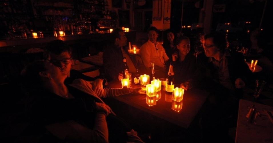 30.out.2012 - Clientes de restaurante conversam à luz de velas em Nova York durante passagem da tempestade Sandy pelos Estados Unidos. Mais de 6,5 milhões de pessoas estão sem energia elétrica no país, segundo as autoridades locais