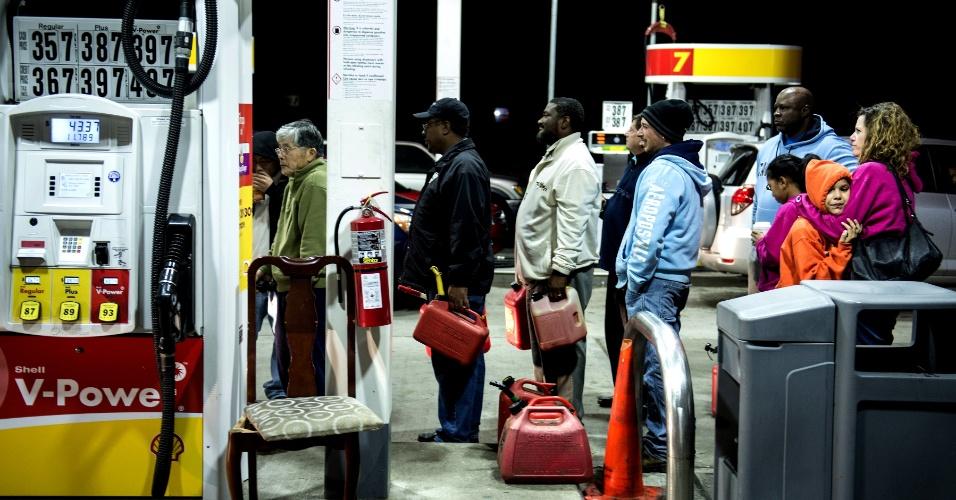 30.out.2012 - Clientes de um posto de gasolina em Edison, Nova Jersey, fazem fila para encher galões e reservatórios com combustível para geradores de energia. O Estado, que fica ao longo da costa e tem seu ponto mais continental a aproximadamente 80 km do Oceano Atlântico foi o mais afetado pela tempestade