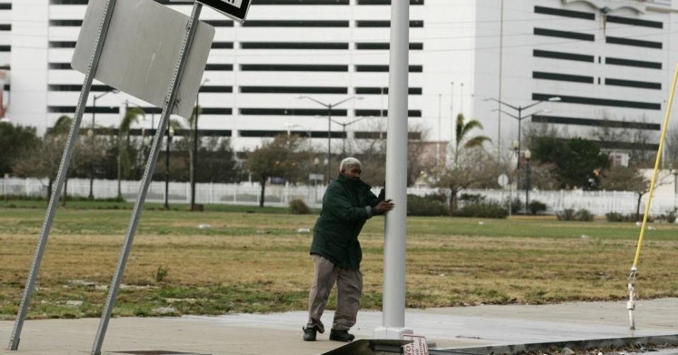 30.out.2012 - Homem se apoia em poste durante ventania provocada pela passagem do furacão Sandy em Atlantic City, no Estado americano de Nova Jersey