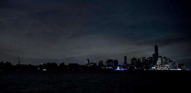 30.out.2012 - Blecaute atinge Manhattan, em Nova York, após a passagem do furacão Sandy; hoje, ameaça de apagão pode vir também por um ataque hacker