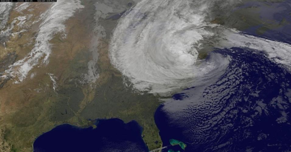 30.out.2012 - Imagem de satélite da Nasa mostra o furacão Sandy sobre a costa leste dos EUA, às 8h15 da manhã desta terça-feira