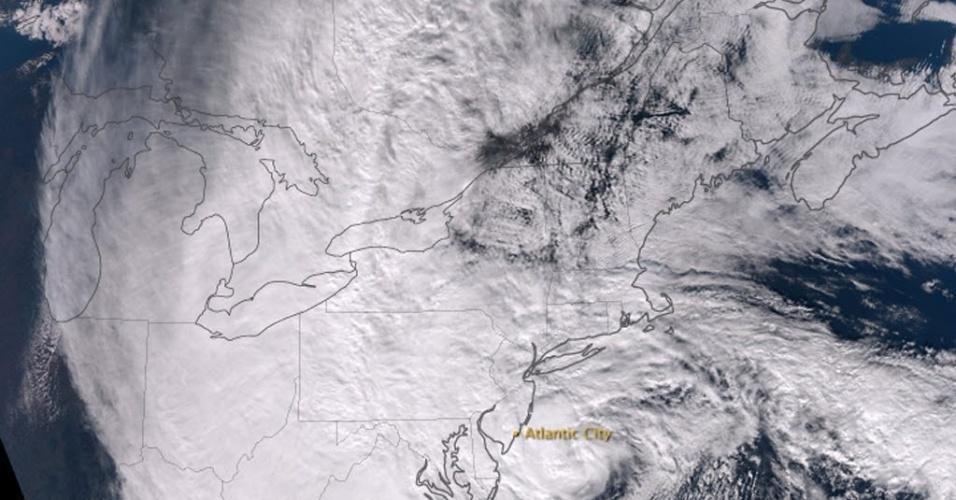 30.out.2012 - Imagem divulgada pela Nasa (Agência Espacial dos Estados Unidos) mostra tempestade Sandy na costa leste americana. De acordo com autoridades locais, cerca de 60 milhões de pessoas devem ser afetadas pelo ciclone. Pelo menos 13 pessoas morreram em decorrência da passagem da tempestade pelo país