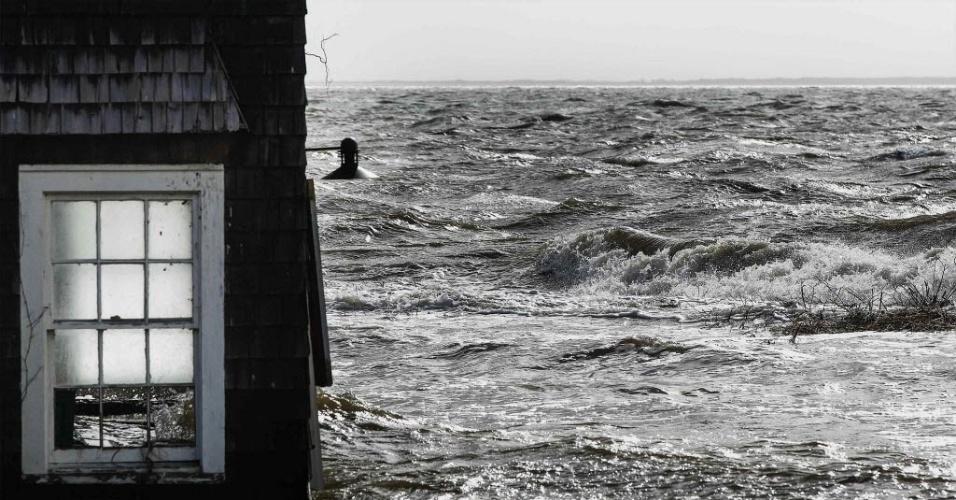 30.out.2012 - Janela de prédio submerso no vilarejo de Bellport, em Nova York, um dia após a passagem do furacão Sandy pela cidade. A tempestade deixou um rastro de destruição e pelo menos 10 mortes