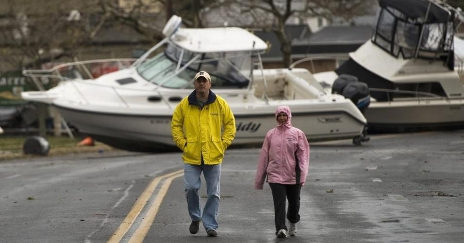 30.out.2012 - Moradores caminham pela Broadway Avenue, na praia de Point Pleasant, em Nova Jersey, após a passagem do furacão Sandy pela região. A força dos ventos derrubou postes, provocou apagões e até empurrou barcos para as ruas