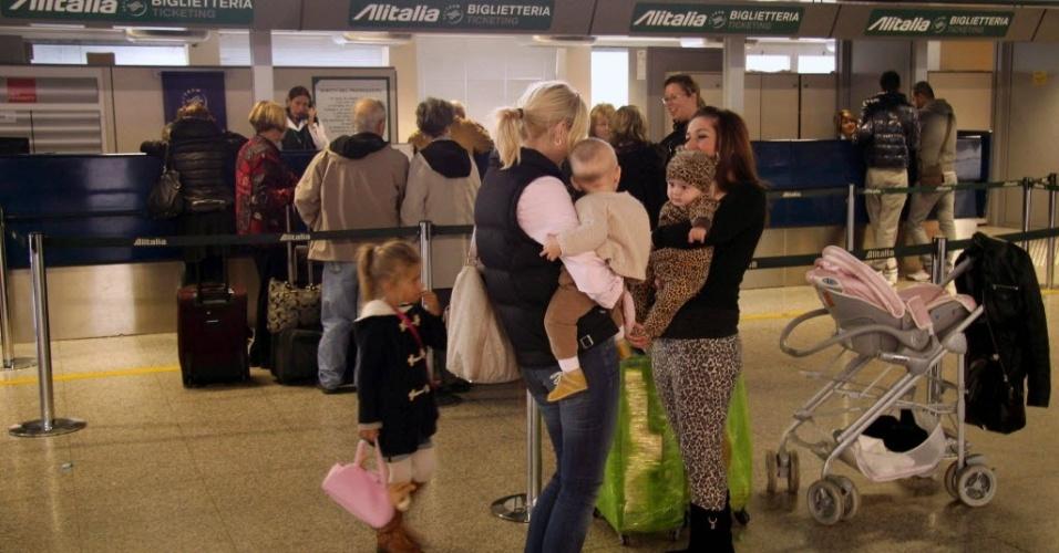 30.out.2012 - No aeroporto de Fiumicino, na Itália, passageiros aguardam para obter informações sobre seus voos para Nova York, cancelados devido à passagem do furacão Sandy pelos EUA