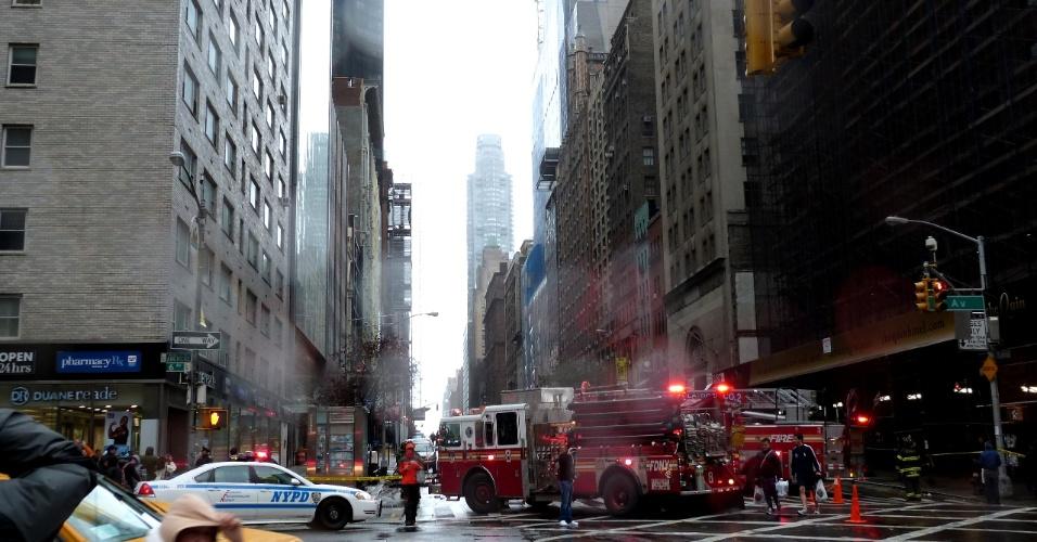 30.out.2012 - O internauta Athanase Christos Dontos, de Nova York, mandou essa foto da polícia e bombeiros chegando ao local onde um guindaste ameaçava cair, após a passagem do furacão Sandy