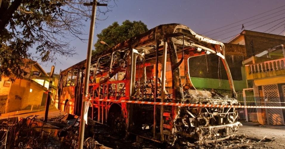 30.out.2012 - Ônibus é incendiado por criminosos na rua Curupireira, em Sapopemba, zona leste de São Paulo (SP)
