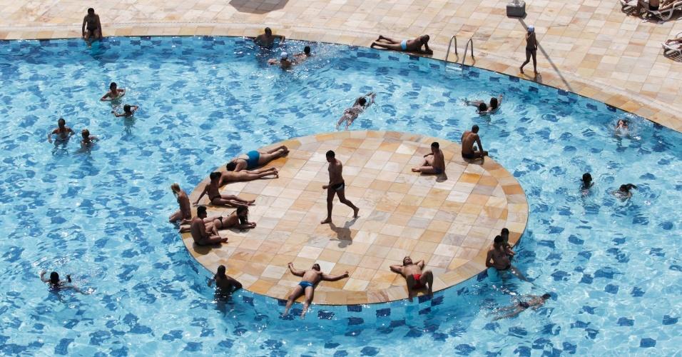 30.out.2012 - Paulistanos aproveitam dia de forte calor para nadar na piscina do Sesc Belenzinho, na zona leste da cidade