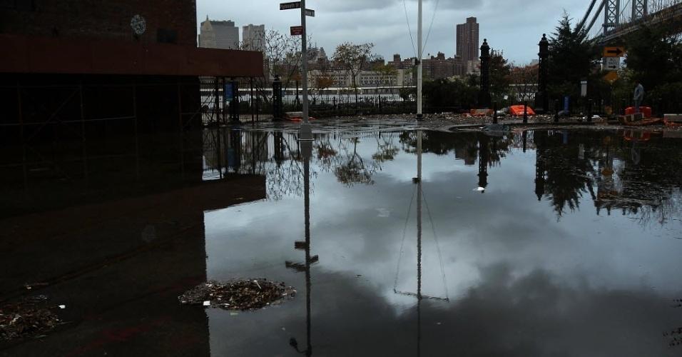 30.out.2012 - Rua alagada em área do Brooklyn, um dia após a passagem do furacão Sandy pela região