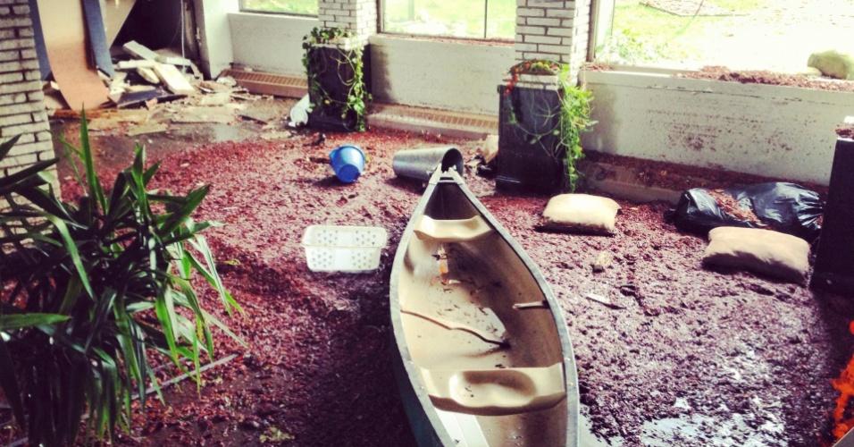 30.out.2012 - Uma canoa foi encontrada nesta manhã no saguão de um edifício residencial no distrito do Brooklin, em Nova York após a passagem da mega tempestade Sandy. A região mais populosa dos EUA foi atingida quando Sandy chegou ao continente, matando pelo menos 30 pessoas