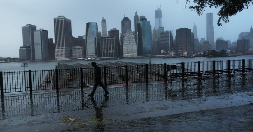 30.out.2012 - Vista da área de Manhattan, sem luz um dia após a passagem do furacão Sandy pela região