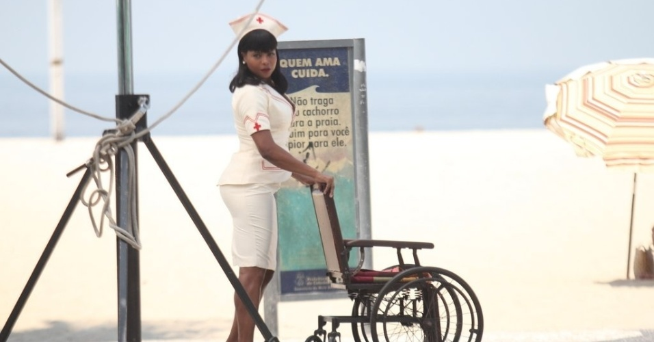 """Adriana Bombom grava filme """"Mato Sem Cachorro"""" vestida de enfermeira na praia do Leme, no Rio de Janeiro (30/10/12)"""