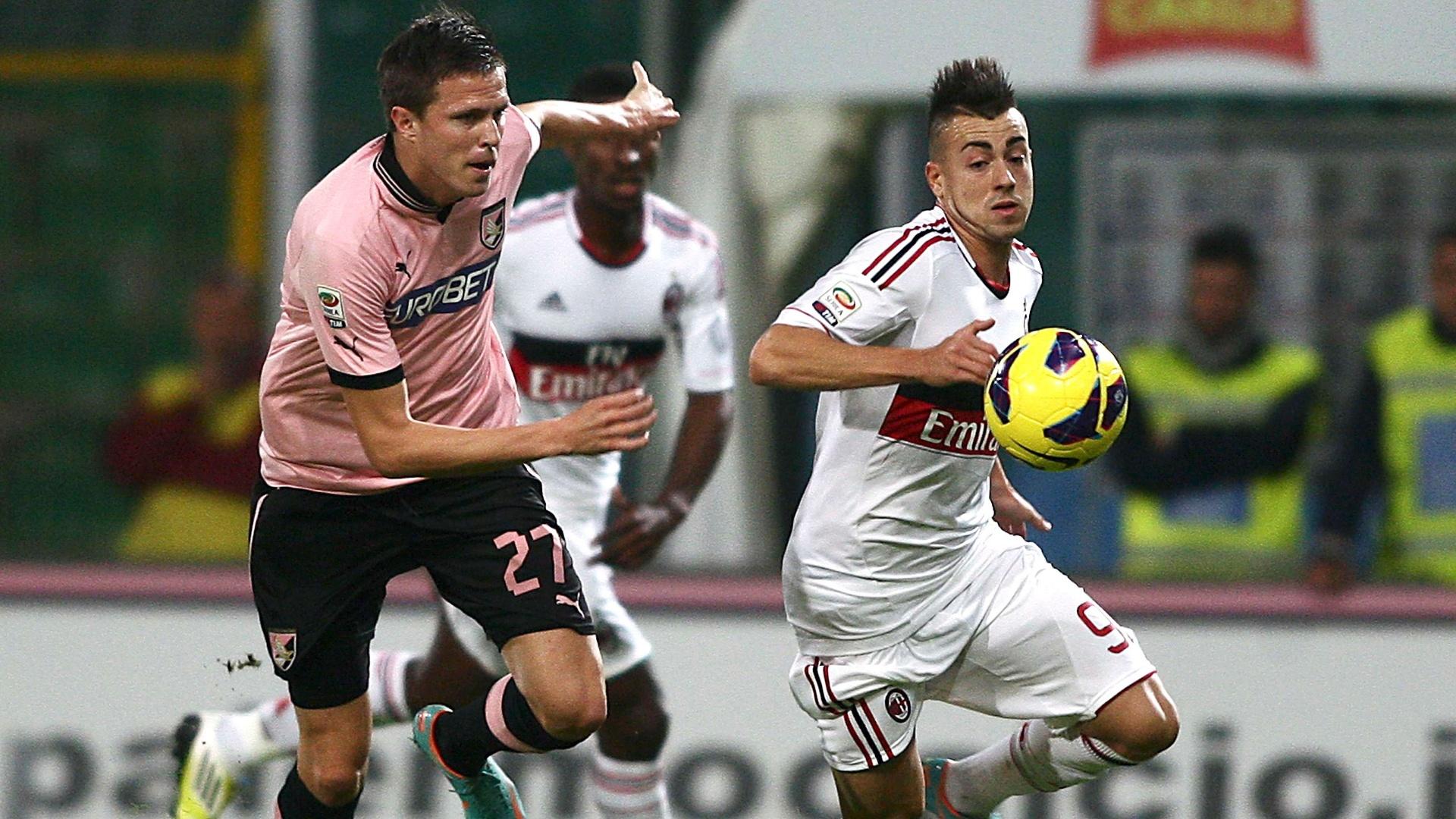Atacante do Milan El Shaarawy (d) disputa a jogada contra adversário do Palermo