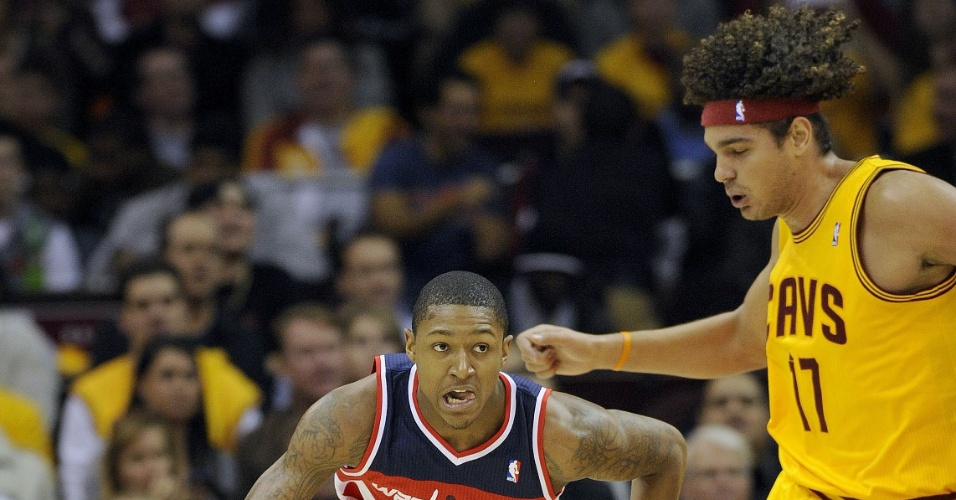 Brasileiro Anderson Varejão (d), dos Cavaliers, tenta bloquear Bradley Beal, dos Wizards
