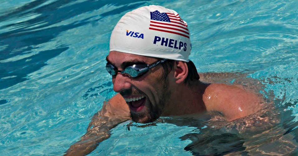 Com toca da delegação olímpica dos Estados Unidos, Phelps nada na vila Olímpica do Complexo do Alemão