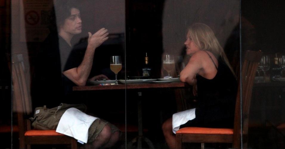 Fábio Assunção jantou acompanhada de uma amiga em um restaurante na Barra da Tijuca, zona oeste do Rio (30/10/12)