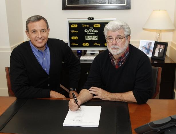 George Lucas assina contrato em que passa a empresa Lucasfilm para a Disney, ao lado de Robert Iger, CEO da Disney, em Burbank, na Califórnia (30/10/12) - AP Photo/Disney, Rick Rowell