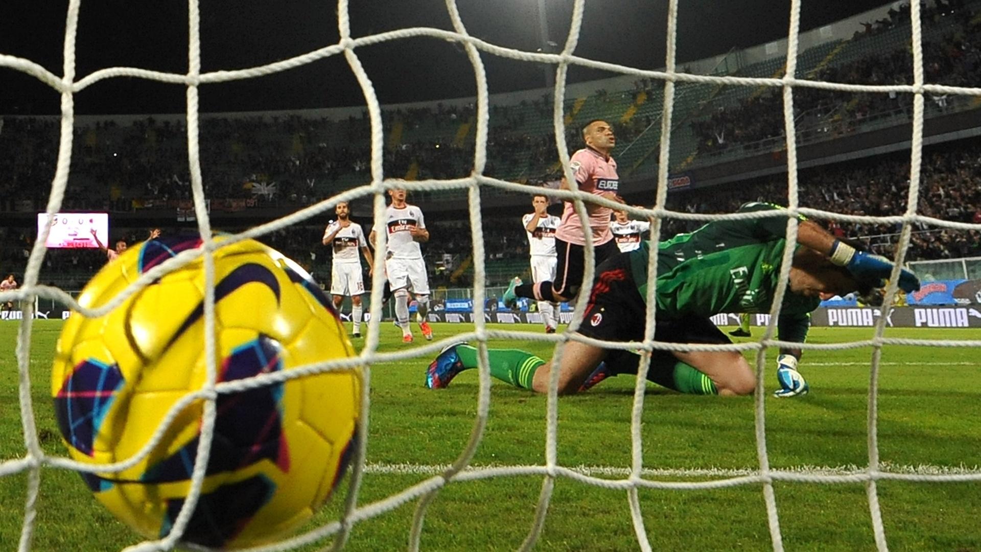 Goleiro Amelia, do Milan, lamenta o gol de pênalti marcado por Miccoli, do Palermo, em jogo da 10ª rodada do Campeonato Italiano (30/10/2012)