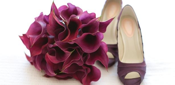Sapato de noiva combinando com o buquê está em alta