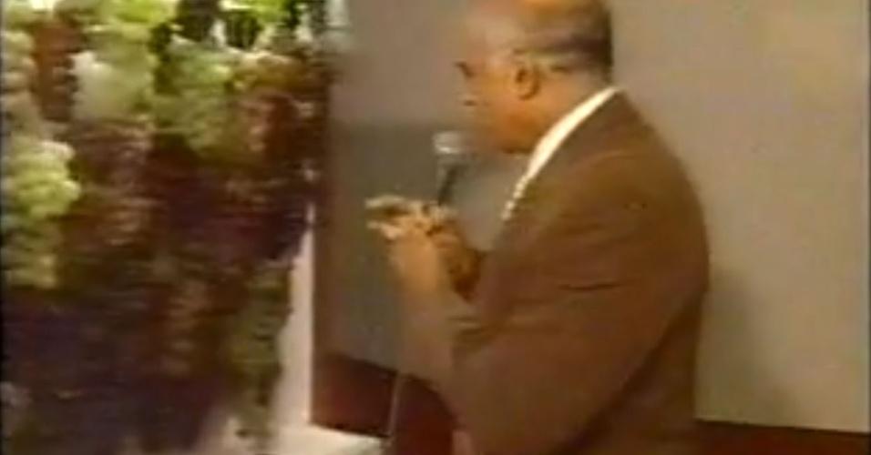 Lasier Martins leva choque ao tocar uvas durante transmissão ao vivo em TV gaúcha