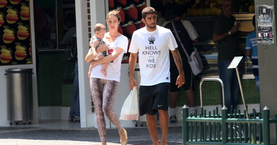 Luana Piovani passeou pelo bairro do Leblon, zona sul do Rio (30/10/12). A atriz estava acompanhada do marido, o surfista Pedro Scooy, e do filho, Dom. Luana está no ar em