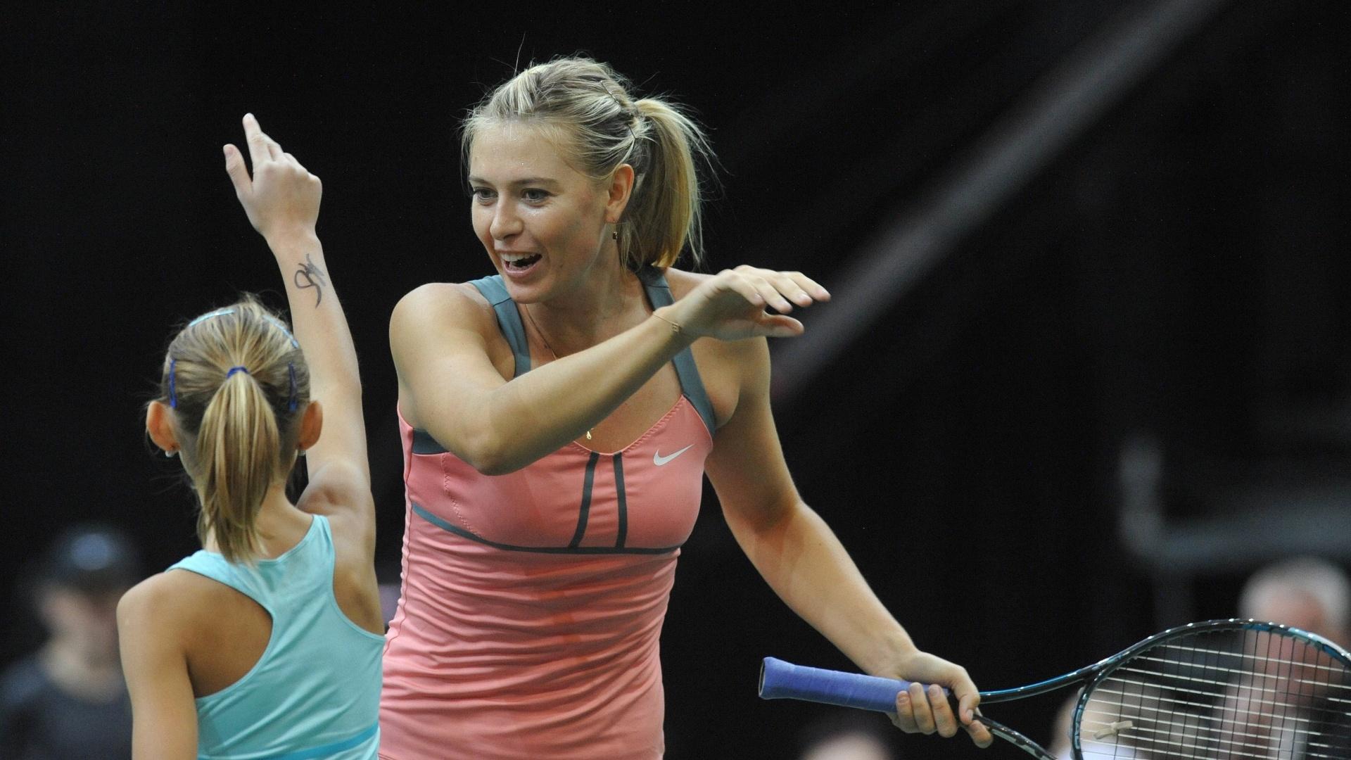Maria Sharapova jogou com uma criança durante partida-exibição na República Tcheca (29/10/2012)