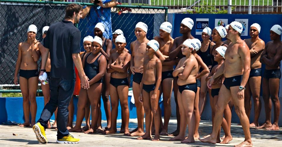 Michael Phelps, maior medalhista da história das Olimpíadas, participa de evento na Vila Olímpica do Complexo do Alemão, no Rio de Janeiro, onde deu aula de natação para crianças