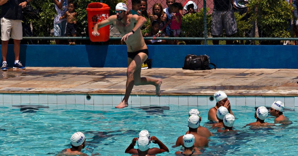 Michael Phelps mergulha na piscina da Vila Olímpica