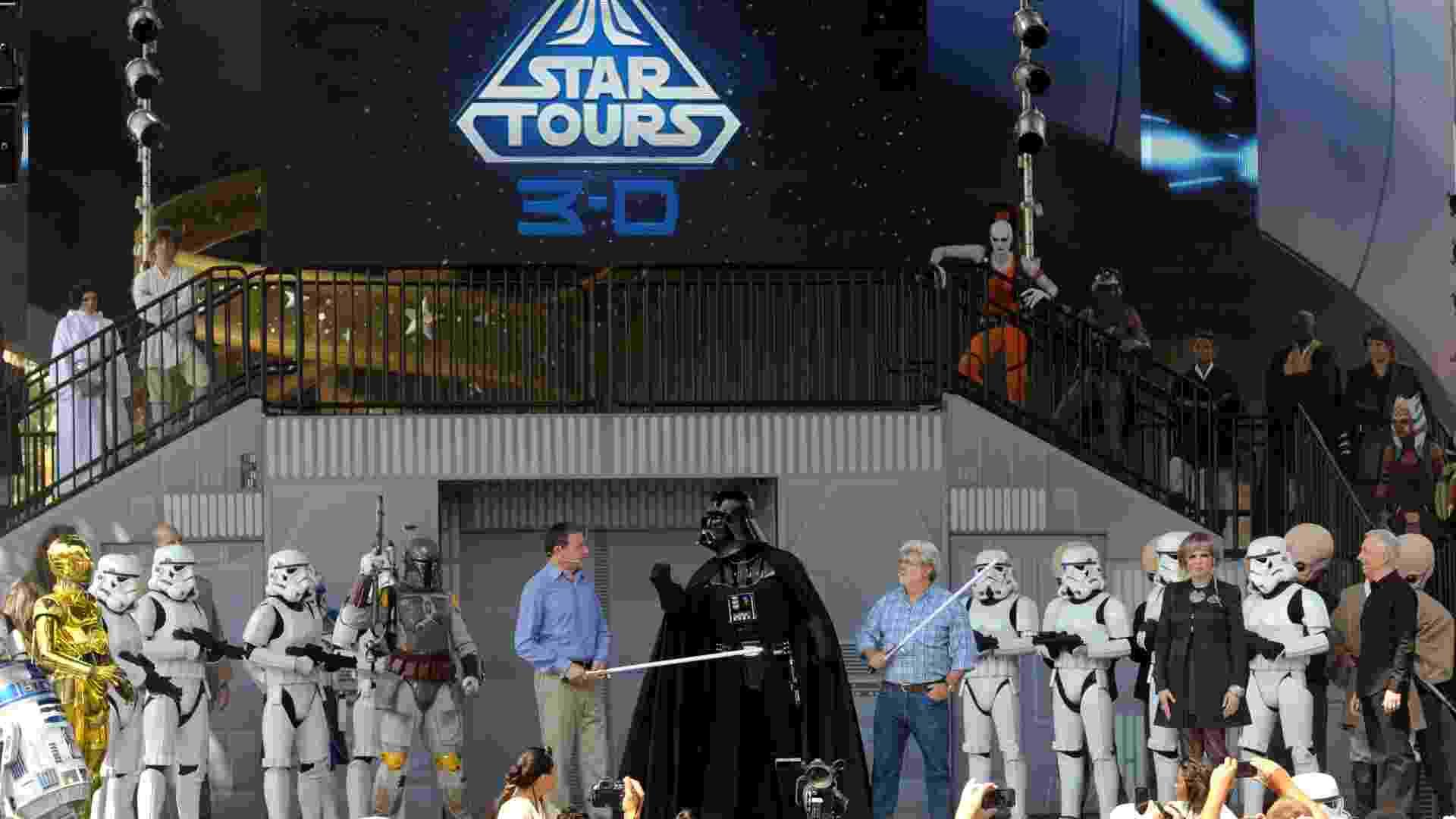 No parque Hollywood Studios, em Orlando, o simulador Star Tours foi reaberto em 2011, depois de uma reforma. Na foto, George Lucas, o presidente da Disney, Robert Iger, e atores representando os personagens dos filmes participam de uma cerimônia de reabertura da atração (20/5/2011) - Phelan M. Ebenhack/AP