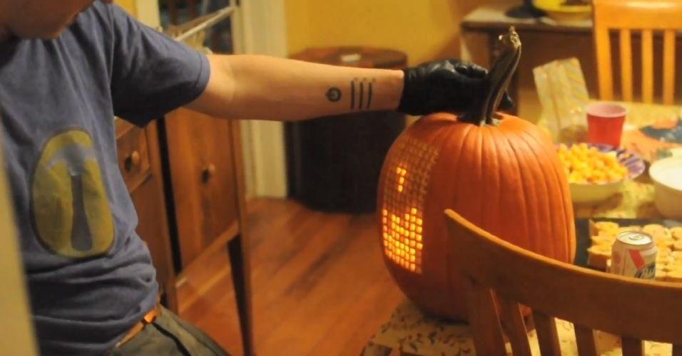 O designer Nathan Pryor colocou 128 displays de LED dentro de uma abóbora gigante e utilizou o cabo do vegetal como controle para jogar Tetris na superfície do alimento. O processo demandou cerca de 20 horas de trabalho durante mais de uma semana