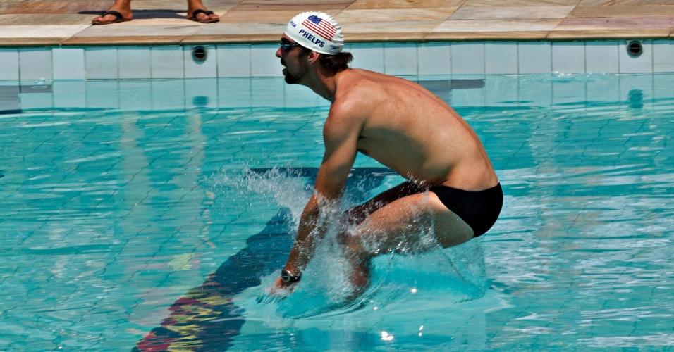 O maior medalhista da história olímpica mergulha na piscina do Complexo do Alemão