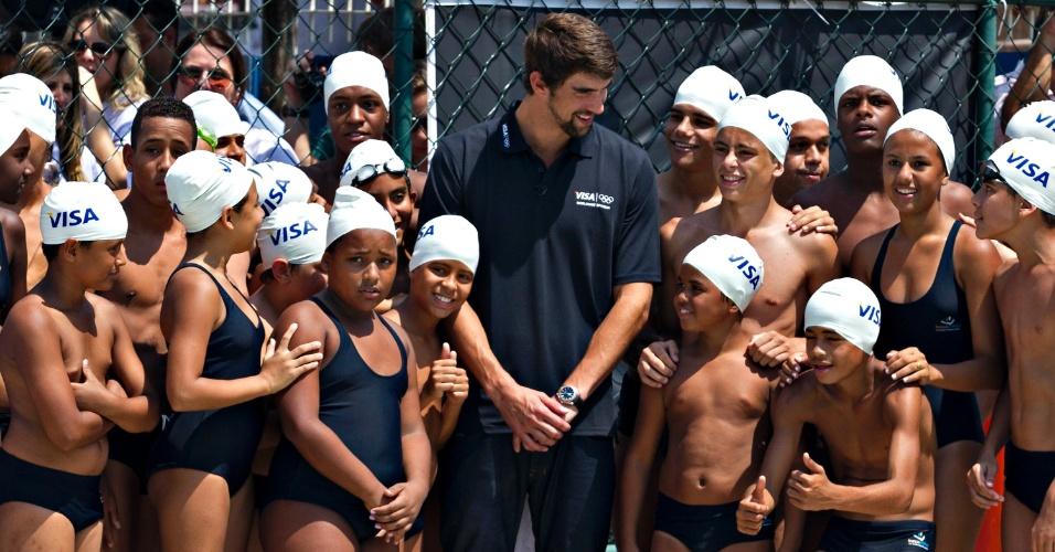 O nadador americano deu aula para 20 crianças, alunos da escolinha de natação da Vila Olímpica