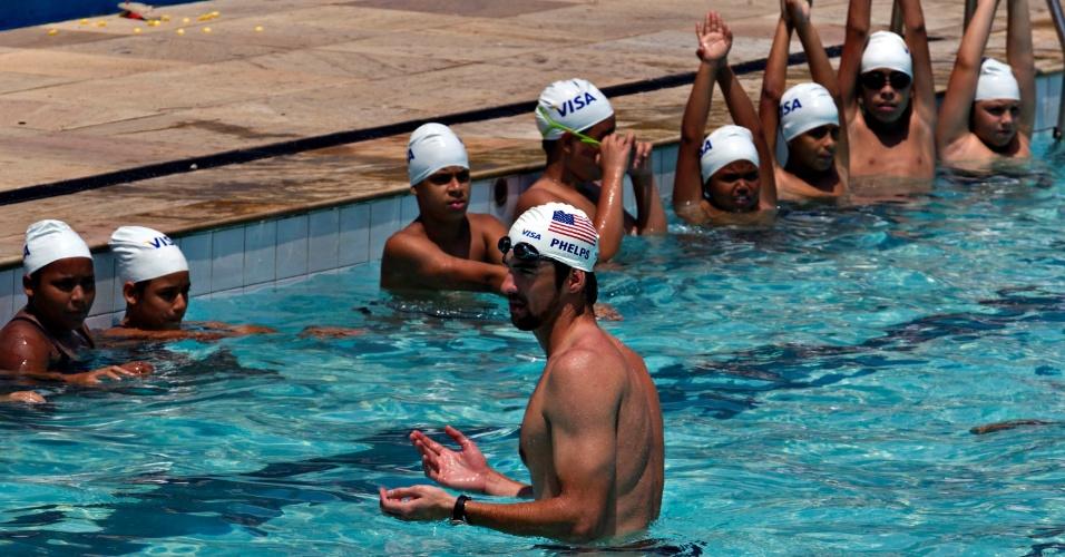 Phelps dá aula para as crianças da escolinha dentro da piscina da Vila Olímpica