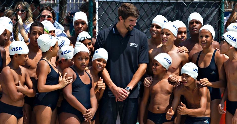 Phelps deu aula de natação para 20 crianças que participam da escolinha de natação da Vila Olímpica