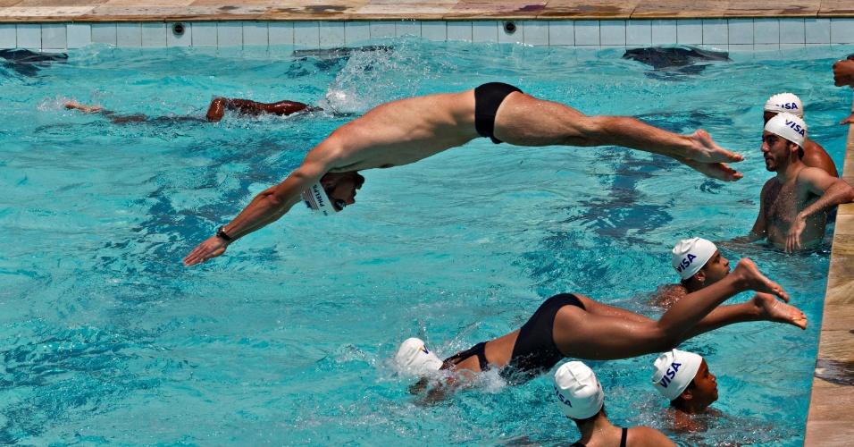 Phelps mergulha com crianças na piscina da Vila Olímpica