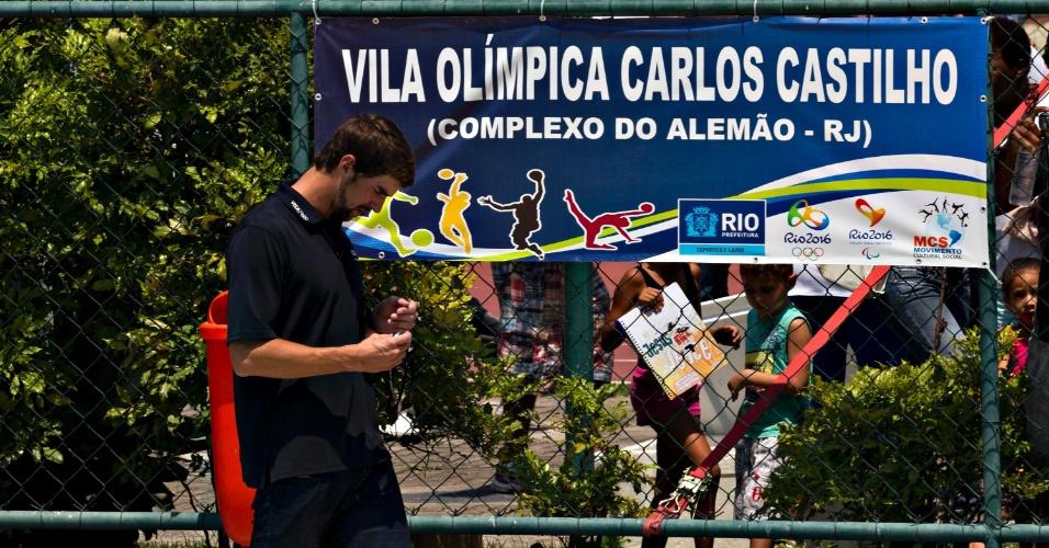 Phelps visitou a Vila Olímpica do Complexo do Alemão, no Rio de Janeiro